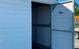 Chalet-pliable-blanc-location-et-vente-Chalet-pliable-2021-porte-arrière-ouverte-Structura