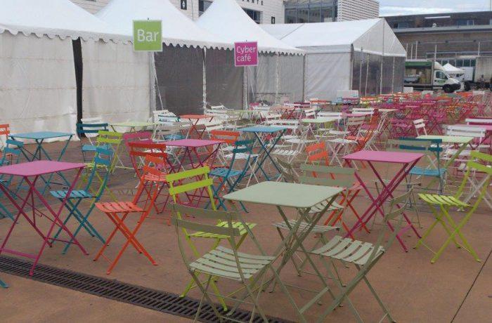 Chaises et tables bistrot en couleurs